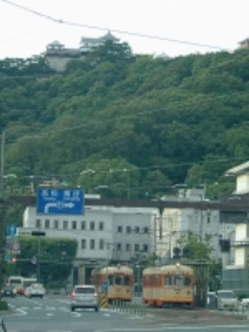 松山城(2)/伊予鉄道の市内電車と共に
