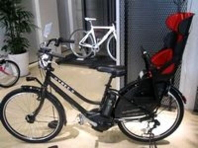 最近では子どもを乗せるタイプの電動アシスト自転車に人気が集まっています