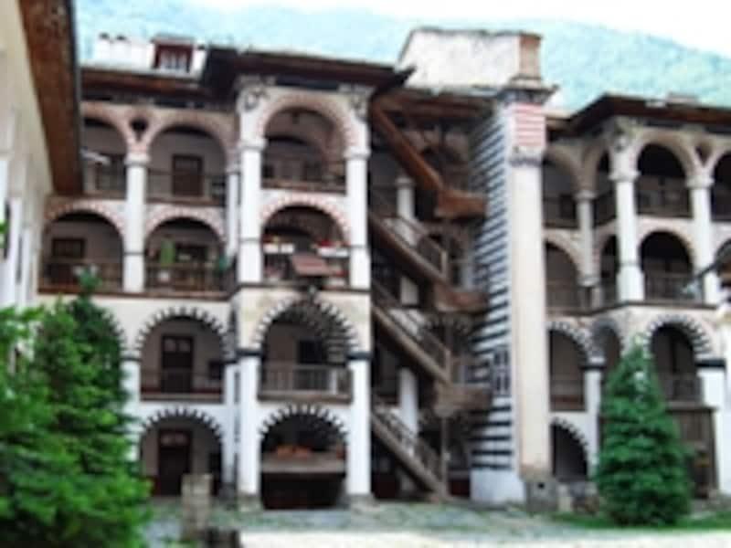 ストライプのアーチが特徴的な僧院部