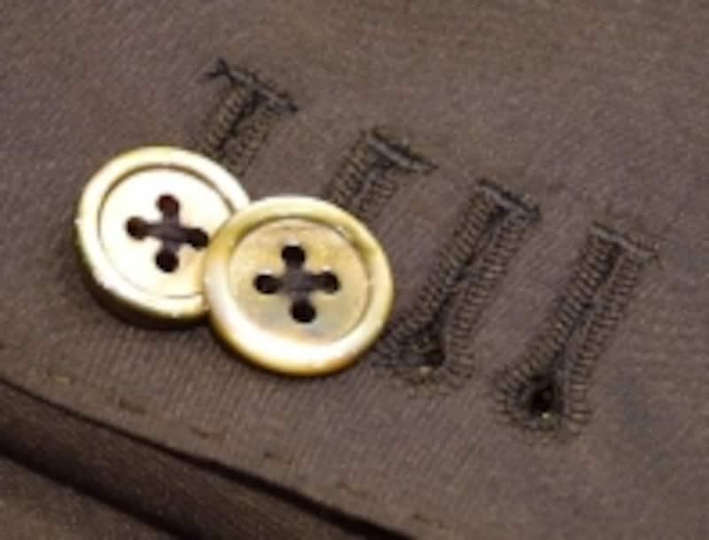 ボタンは標準仕様のナットではなく、ダークグレーの貝ボタンを選択