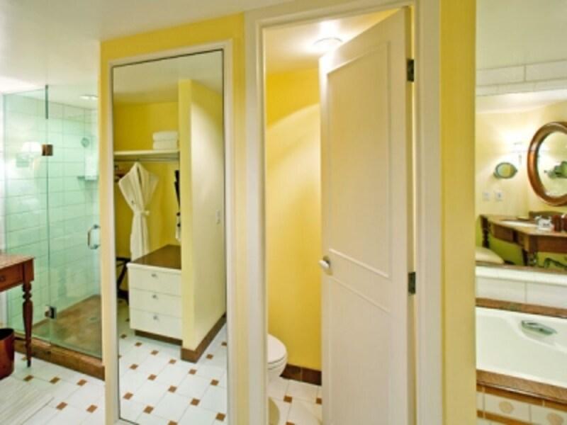 2つの洗面台と2人分のクローゼットを配した贅沢なバスルーム