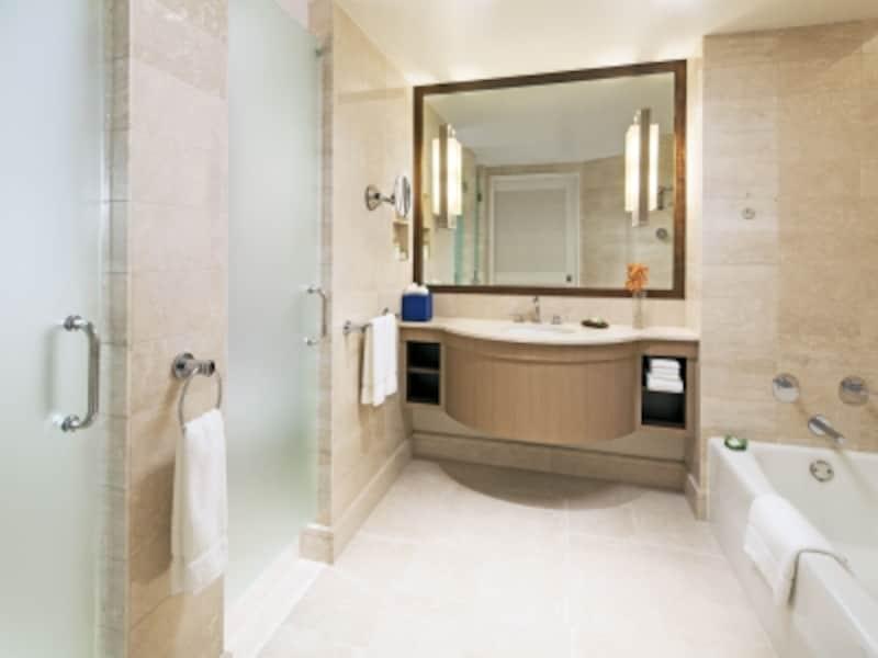 バスタブとシャワーブースが独立しているバスルーム