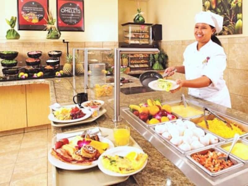 和食も登場する朝食ブッフェ。好きな具入りのオムレツをその場で調理ししてくれる