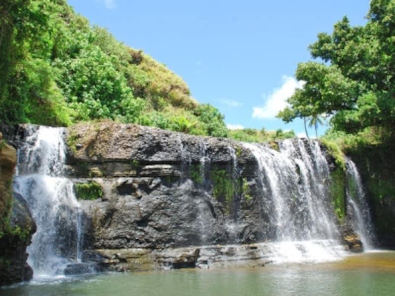 観光スポットが続く島南部をレンタカーで1周。これも半日あればできる。画像はタロフォフォの滝