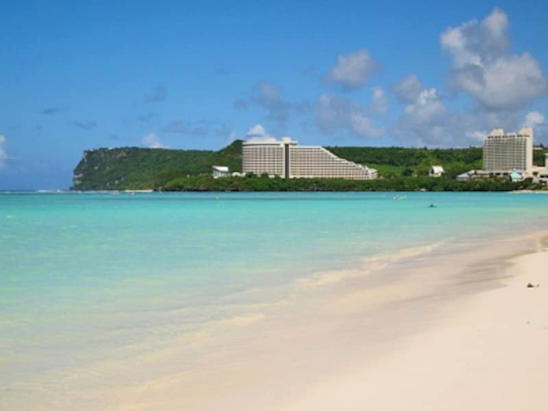 白砂にエメラルドグリーンの海が美しいグアムのメインビーチ、タモンビーチ
