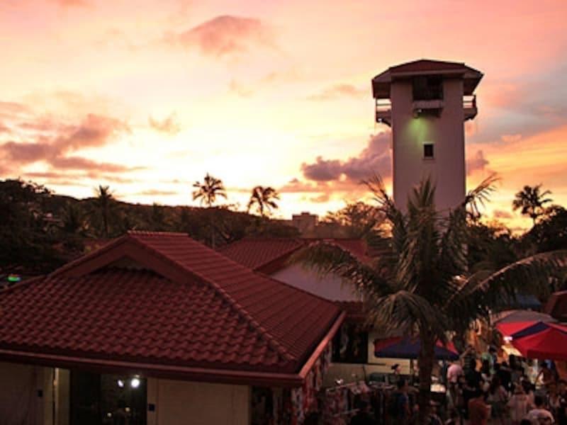 民芸品や雑貨、チャモロ料理の屋台が並び、ローカルや観光客で賑わうチャモロ・ビレッジのナイトマーケット