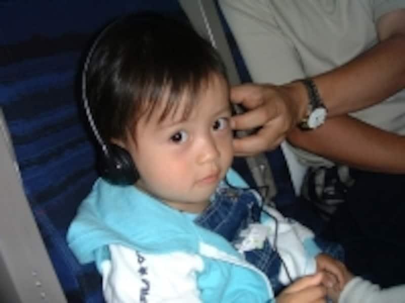 機内でDVDなどを見せるときは、子どもが痛がらないヘッドフォンも持っていくと快適に過ごせます