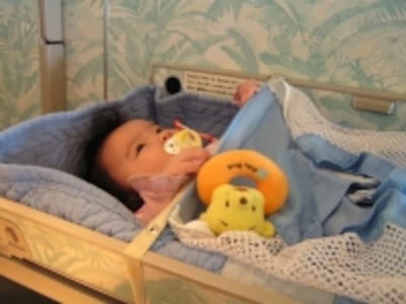機内では「バシネット」と呼ばれる赤ちゃん用ベッドに寝かせて、おしゃぶりやお気に入りのおもちゃを用意してあげるなど、ぐずり対策を万全に!