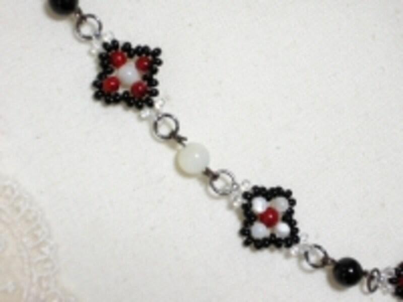 小さなビーズパーツのネックレス