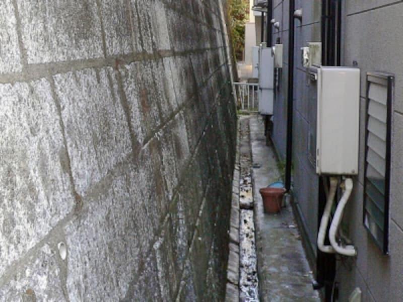 擁壁の下端に設けられた側溝
