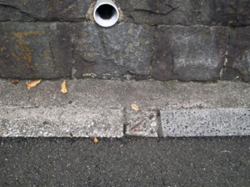 道路と擁壁の間の部分