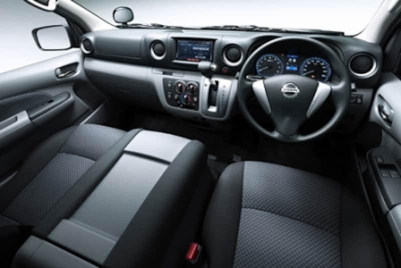 メーターパネル中央には、燃費を意識した運転を促す燃費表示パネルを搭載している