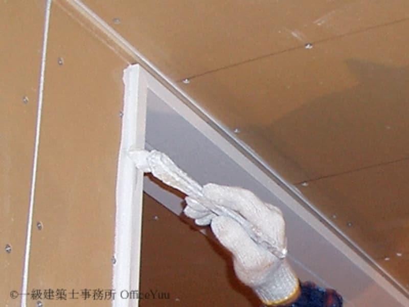 後から壁紙を貼るなら少しくらいはみ出しても大丈夫。工事の順番を考えれば手間なくキレイに仕上がります。