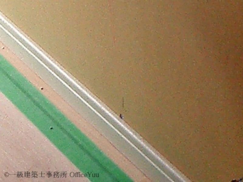 床が汚れないよう合板で養生してあります。緑色のテープが養生用の専用テープ。