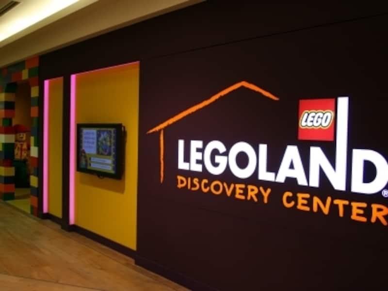 ワクワクさせてくれる入口は3階。大きなロゴが目印