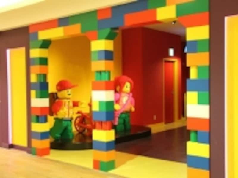 入口からレゴワールド全開!undefinedブロックでつくられた人形がお出迎えしてくれます