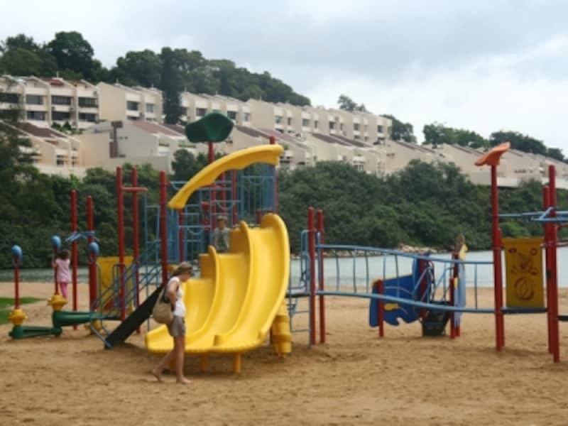 公園にある遊具はカラフルで子どももハイ
