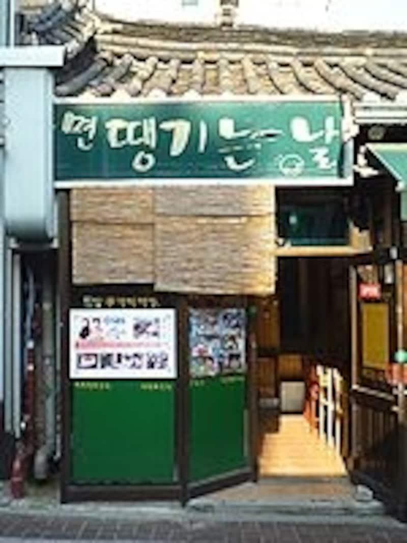 小さなお店なので、ゴハン時は満席のことも。ラーメン好きなら一度はいっておきたい美味しいさです