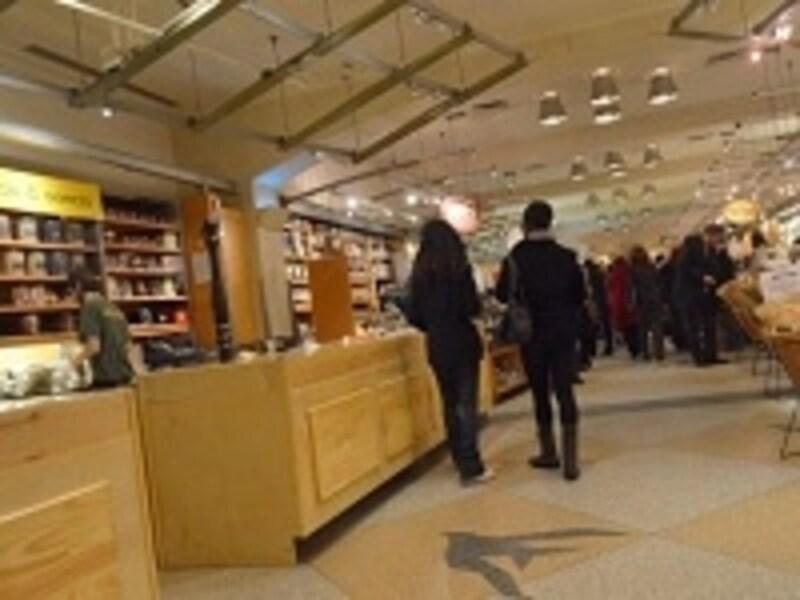 ショッピングに役立つ割引券やサービス券を株主優待にする企業も多い。