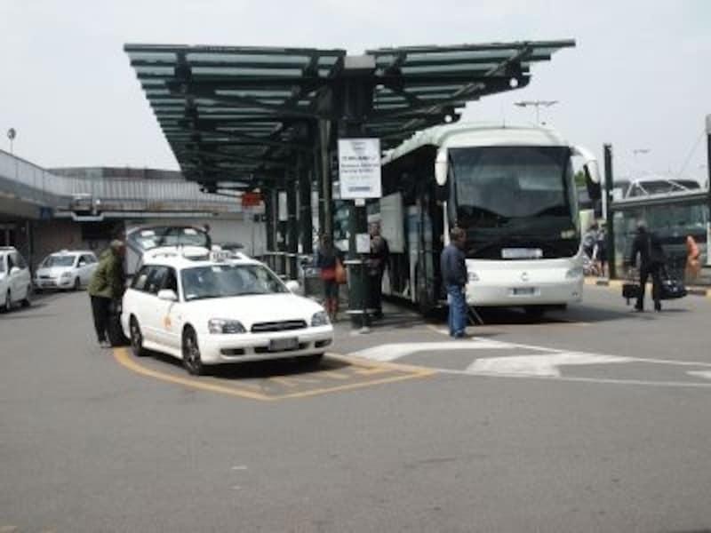 リナーテ空港のタクシーとシャトルバス乗り場