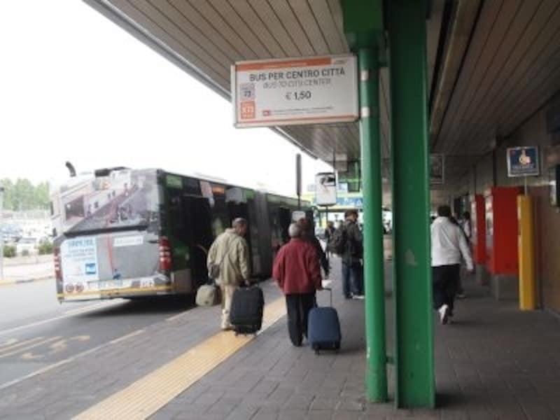 リナーテ空港からは市バスも運行。荷物が少なければ、こちらも便利