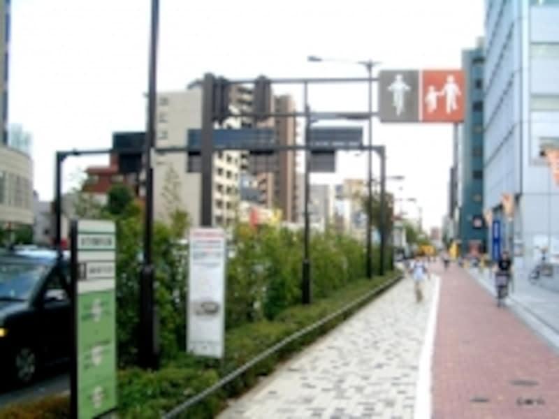 整備された山手通り。自転車と歩行者のゾーンを分けた歩道(中野坂上)。