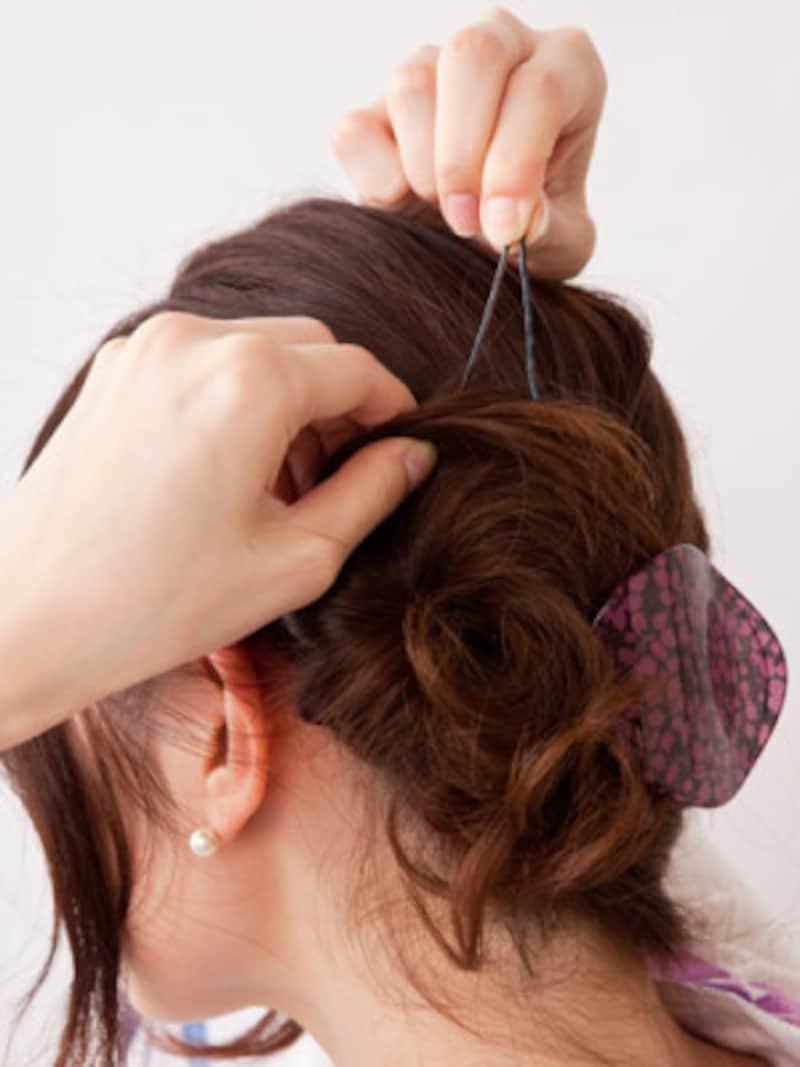 アメピンやUピンで毛先を固定する