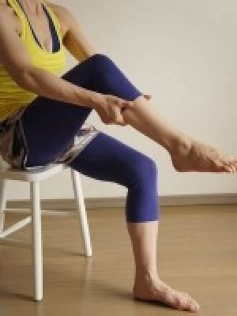 座りながらストレッチ脚のむくみ解消法8.ひざ裏に向かって押し上げる