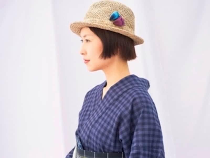 マニッシュな帽子に、女性らしい刺繍の帽子かざり