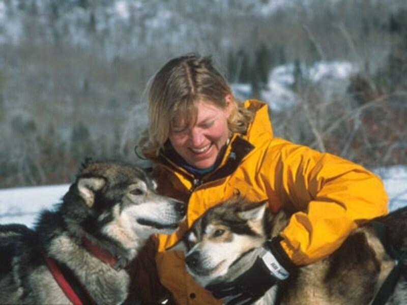 犬とのふれあいも犬ぞりツアーの楽しみのひとつ。犬好きにはたまらない瞬間!(C)GovernmentofYukon
