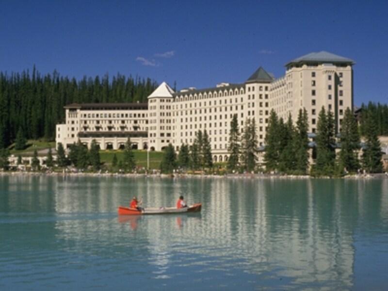 レイクルイーズなどの美しい湖や清流でのカヌーが楽しめるカナディアンロッキー(C)TravelAlberta