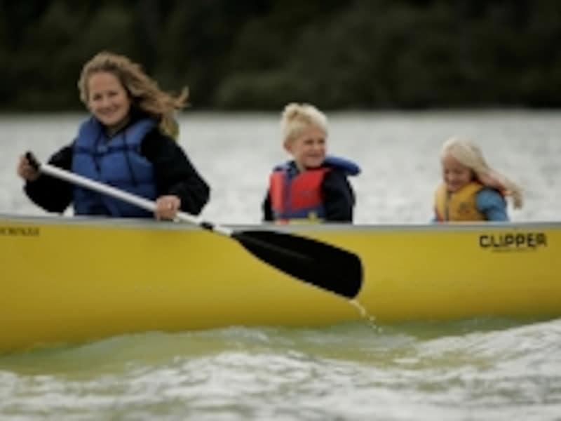 カヌーは夏のファミリーアクティビティーにもぴったり(C)TourismBC