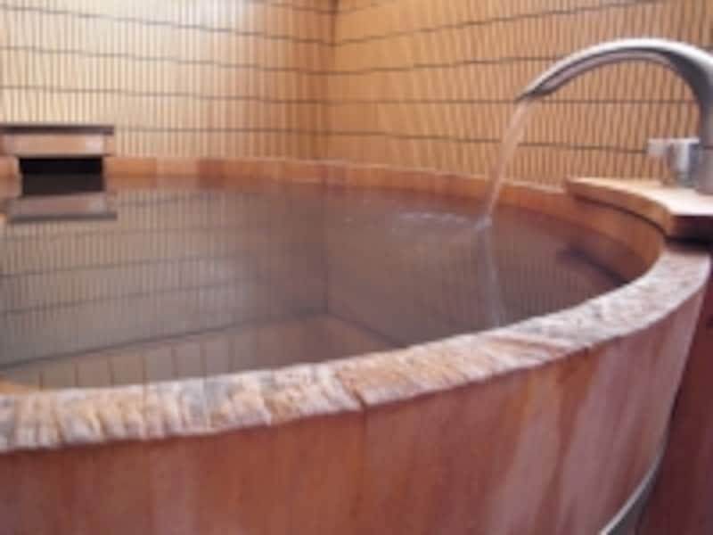お風呂で温まり筋肉をリラックスさせようと、体勢を変えた瞬間にギクっと痛めるケースも!