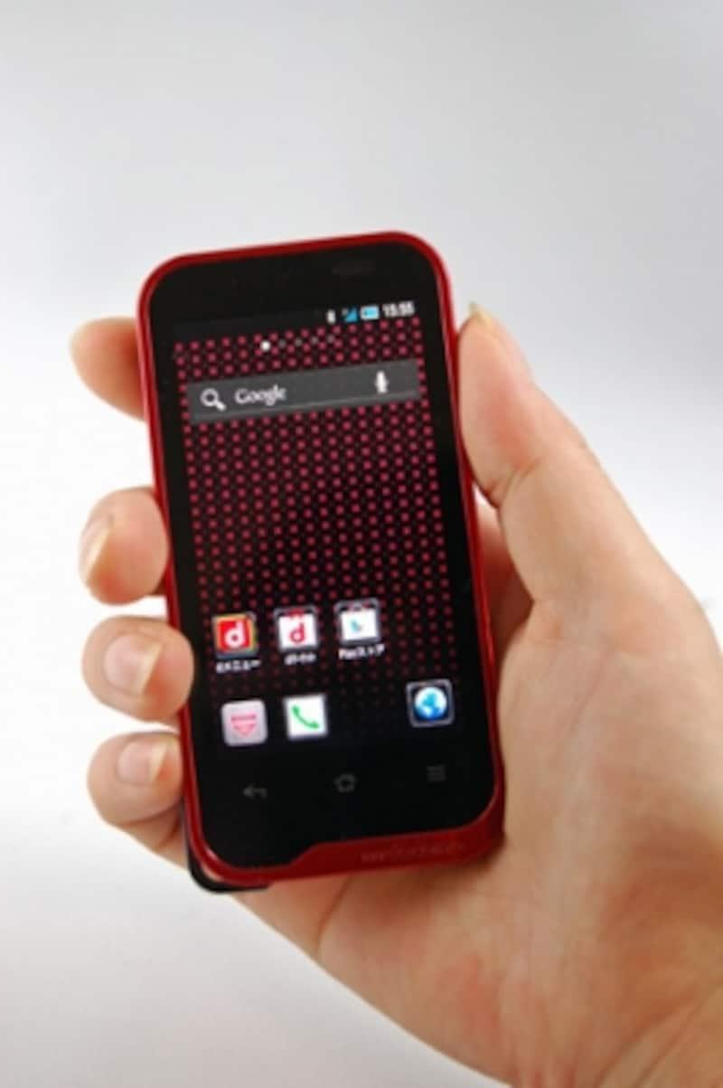 高さ約107mm×幅54mm×厚さ11.9mm、重さ108gと、携帯電話と変わらないサイズ感。どんなポケットにもスッポリ入る大きさです。