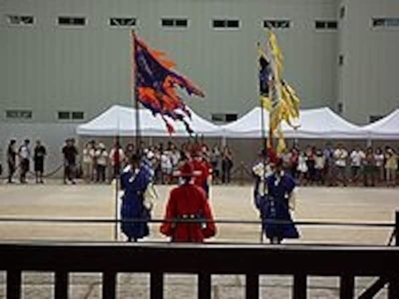 本格的に行われる守門将交代儀式。足並み揃えて行進する衛兵の姿はかっこいいですよ。