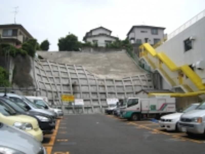 傾斜地の上の住宅