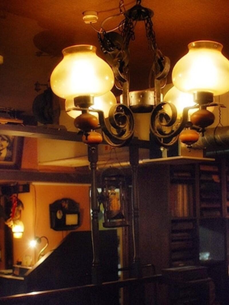 不思議な灯りやオブジェの数々は、亡き店主・美作七朗氏の作品。