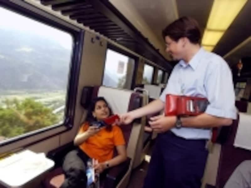 スイスの列車検札風景