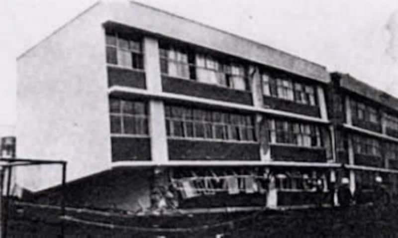 1968年5月の十勝沖地震で柱がせん断破壊され1階部分が押しつぶされた建物1)