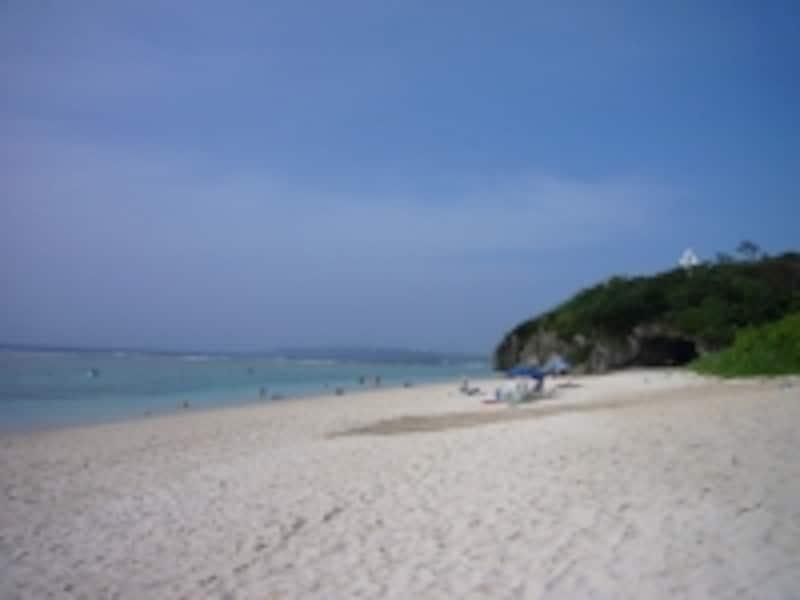 白い珊瑚の砂と透明な海が楽しめる瀬底ビーチ