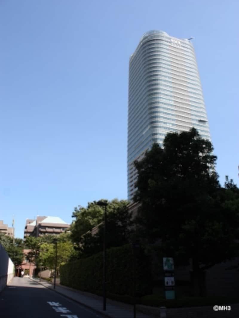 丸みを帯びた外観と波打った塔上部が特徴