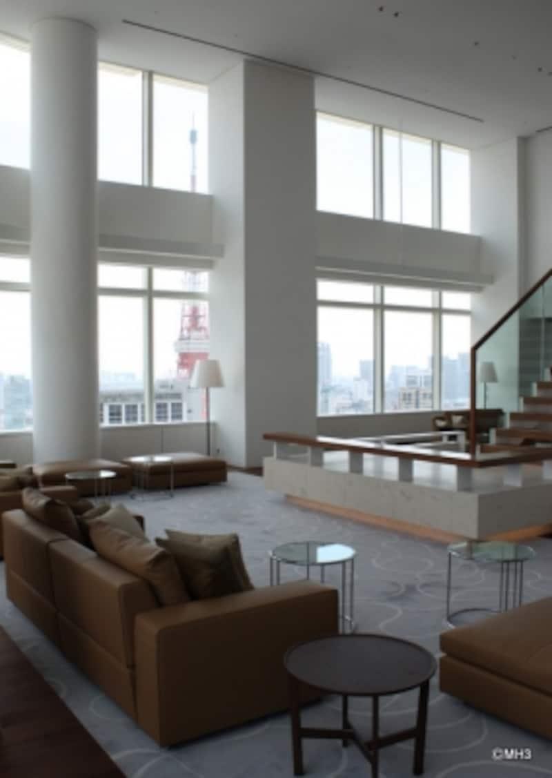 高い天井のおかげで、足元からてっぺんまで東京タワーを眺めることができる。
