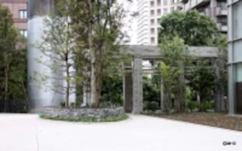 住宅のアプローチは重厚感のある石の門柱をくぐりぬけてゆく