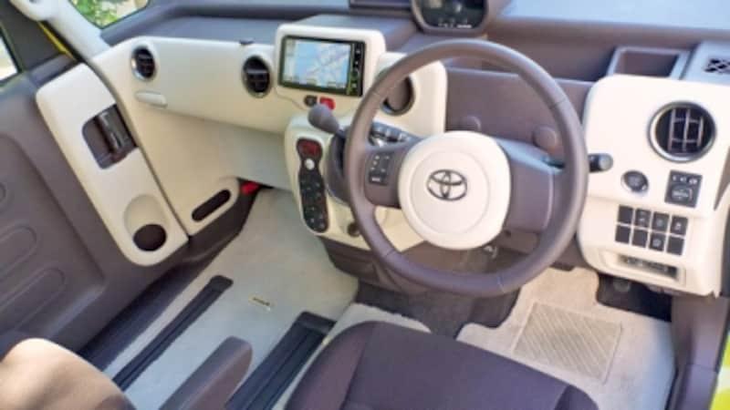 買い物用のフックや収納用のポケットなど、運転席から手の届くところに、さまざまな工夫がされている