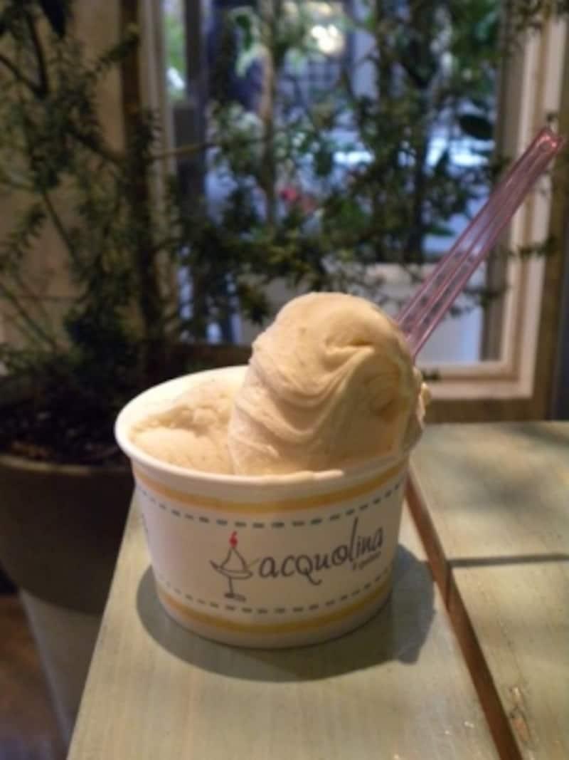 「アクオリーナ」のジェラート、カップ2種盛り。ヴィンサントのザバイオーネとカルダモン