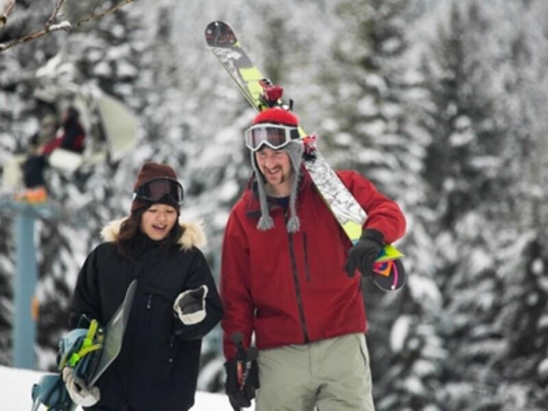 レンタルショップではスキーもボードもレベルに合わせた豊富な品揃え(C)TourismBC/RandyLincks