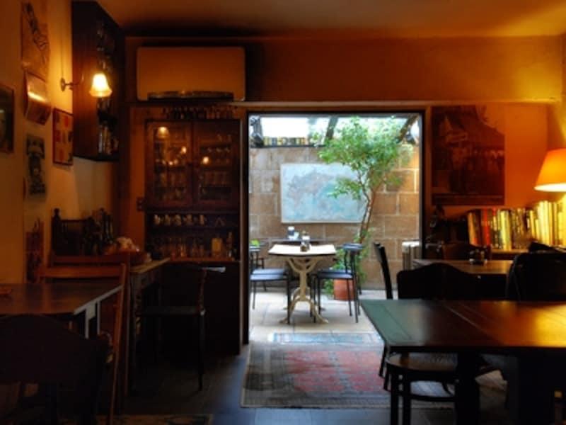 自然光のさしこむ部屋と、ランプのともる部屋。まったく異なる2つの空間。