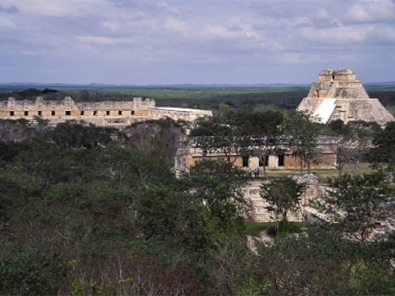 グラン・ピラミッドから眺めたウシュマルの建造物群