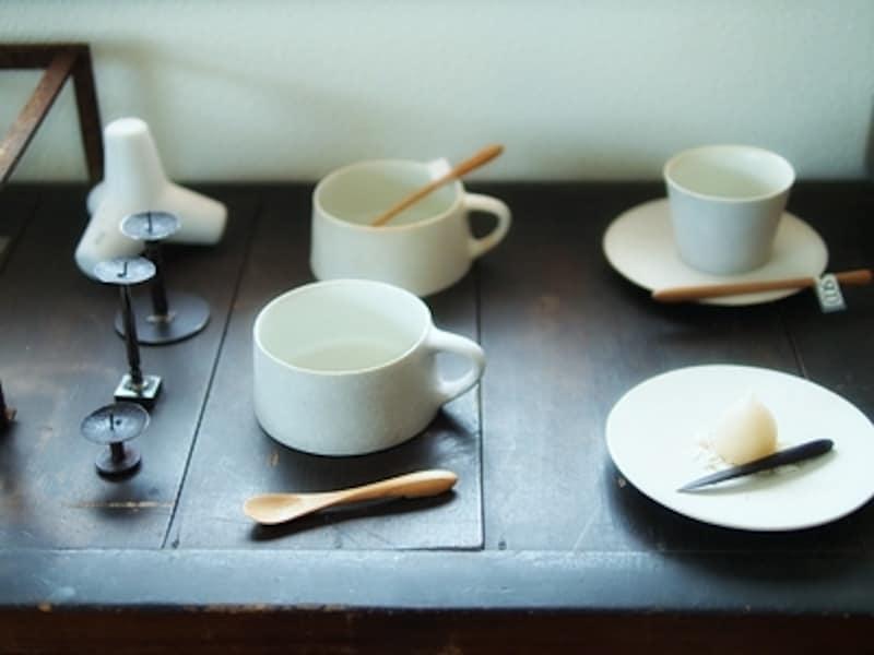 「ちどりの売店」に並ぶ笠間の陶芸家 桑原典子さんのうつわ。