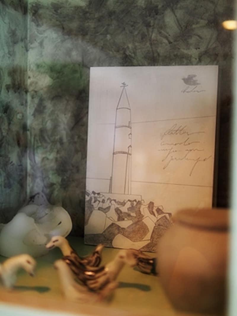 キャビネットの中の灯台にも、波千鳥の姿が。画家johnnyxxxさんの作品。